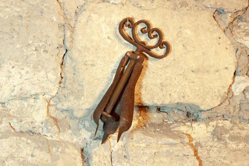 Орудие пытки - груша. Груша: разрывает отверстия, смещает челюстные кости.
